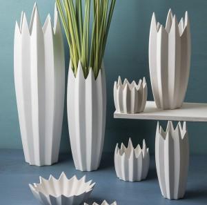 Elegante florero de cerámica acabado en puntas, Original Maceta de Cerámica blanca Sandra Rich, Proveedor cristal y cerámica para flores y plantas